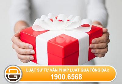 Nhan-qua-tang-tu-nuoc-ngoai-co-duoc-mien-thue-nhap-khau-khong
