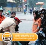 Người ngồi sau xe gắn máy không đội mũ bảo hiểm bị xử phạt thế nào? class=
