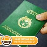 Giữ hộ chiếu của người lao động class=