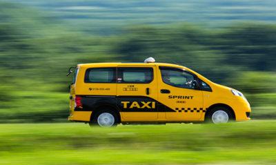 Gỡ phù hiệu taxi để chạy như xe hợp đồng được không?
